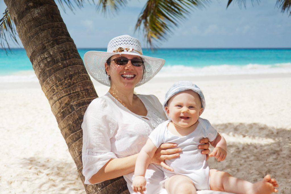 Mutter mit Kind im Urlaub